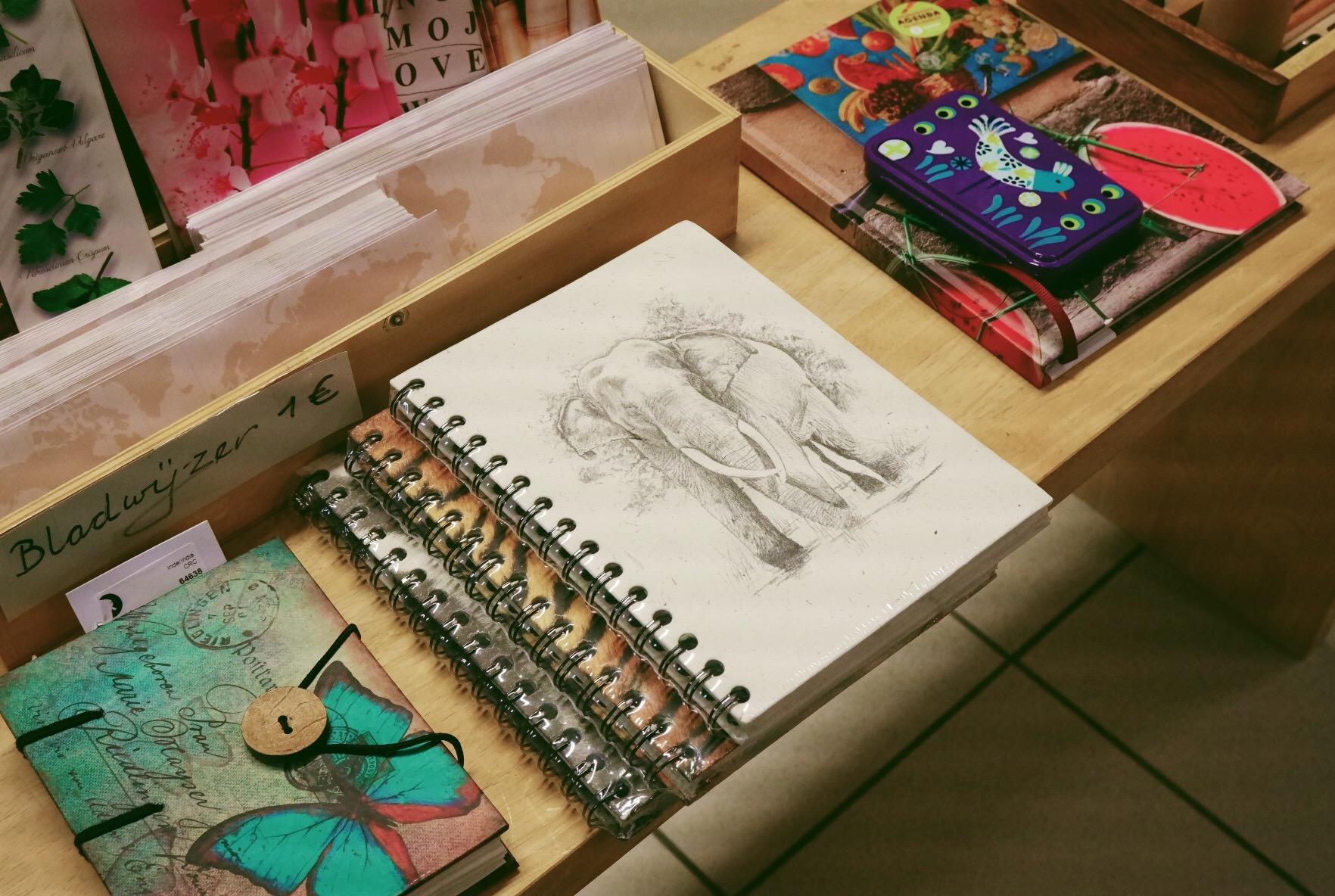 Op eerlijke cadeauzoektocht bij Oxfam Wereldwinkel in Hasselt - notitieboekje