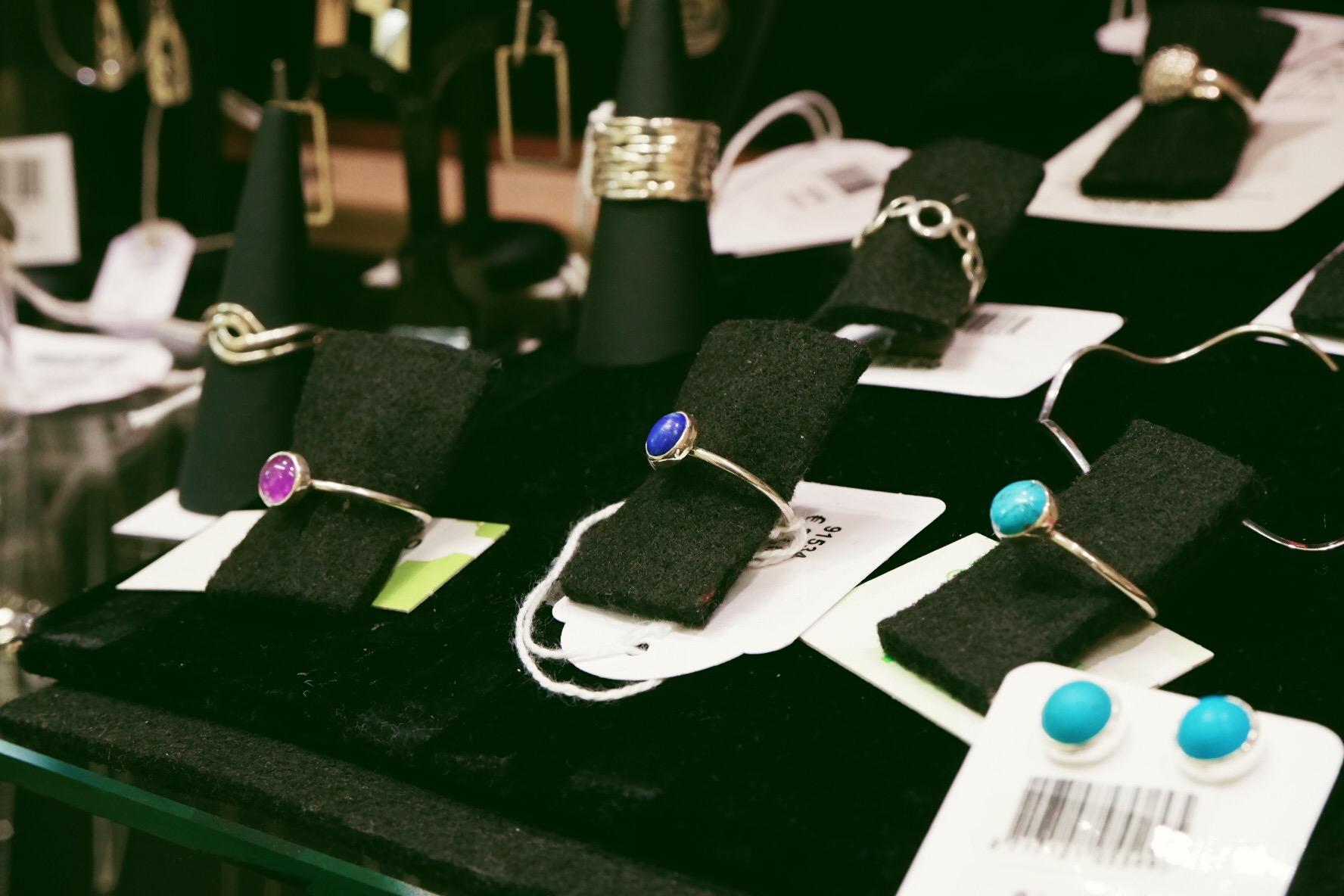 Op eerlijke cadeauzoektocht bij Oxfam Wereldwinkel in Hasselt juwelen